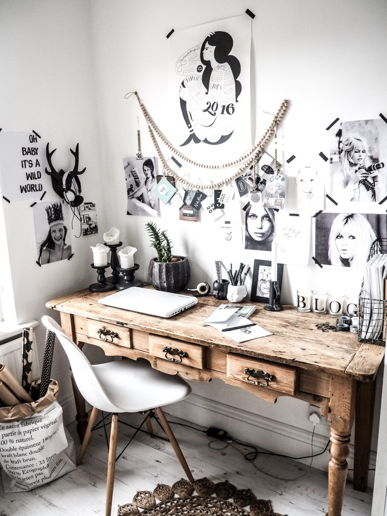 A-rustic-desk-in-a-dynamic-and-contemporary-styled-office