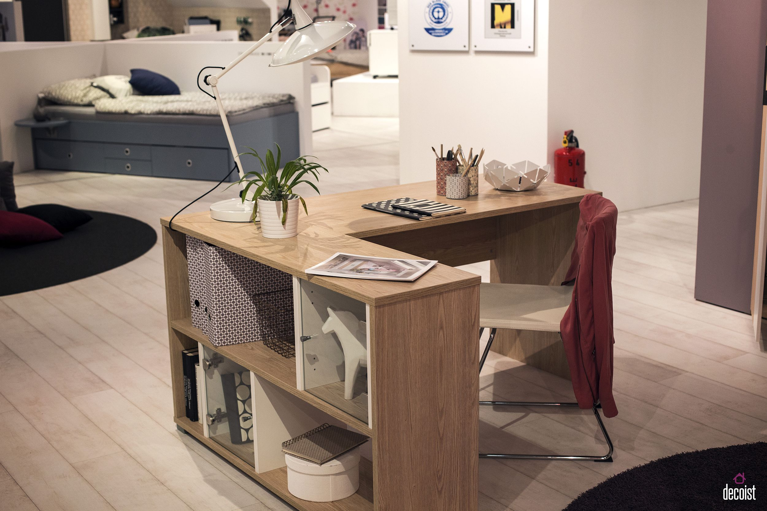 Angular shape of the kids' work desk makes it a perfect choice for the bedroom corner