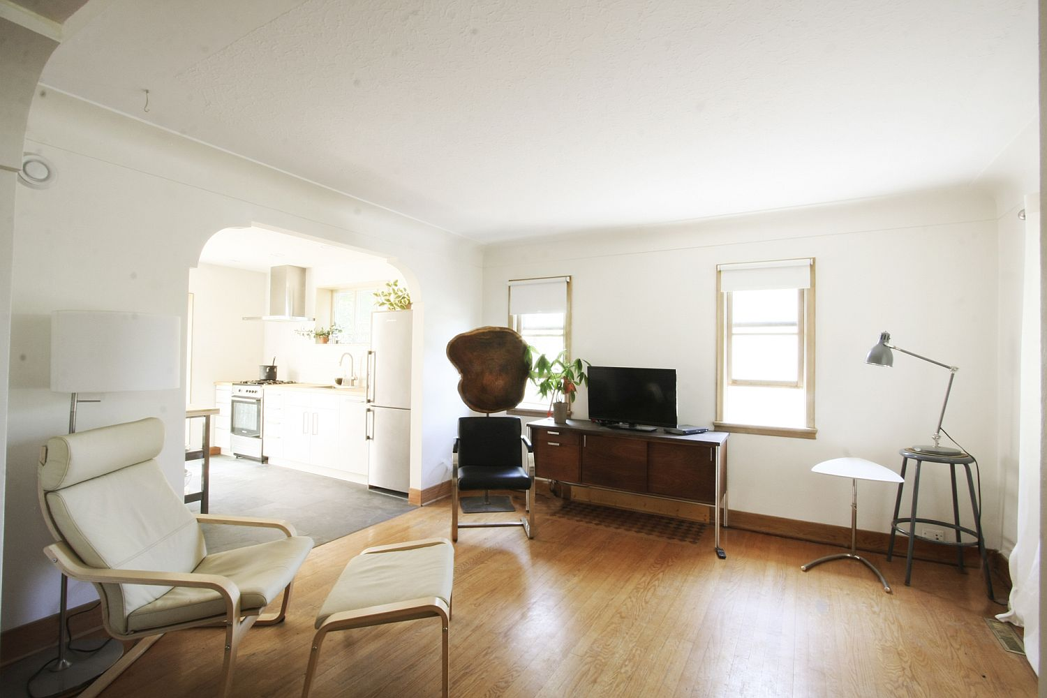 Living-room-in-white-with-simple-unassuming-decor
