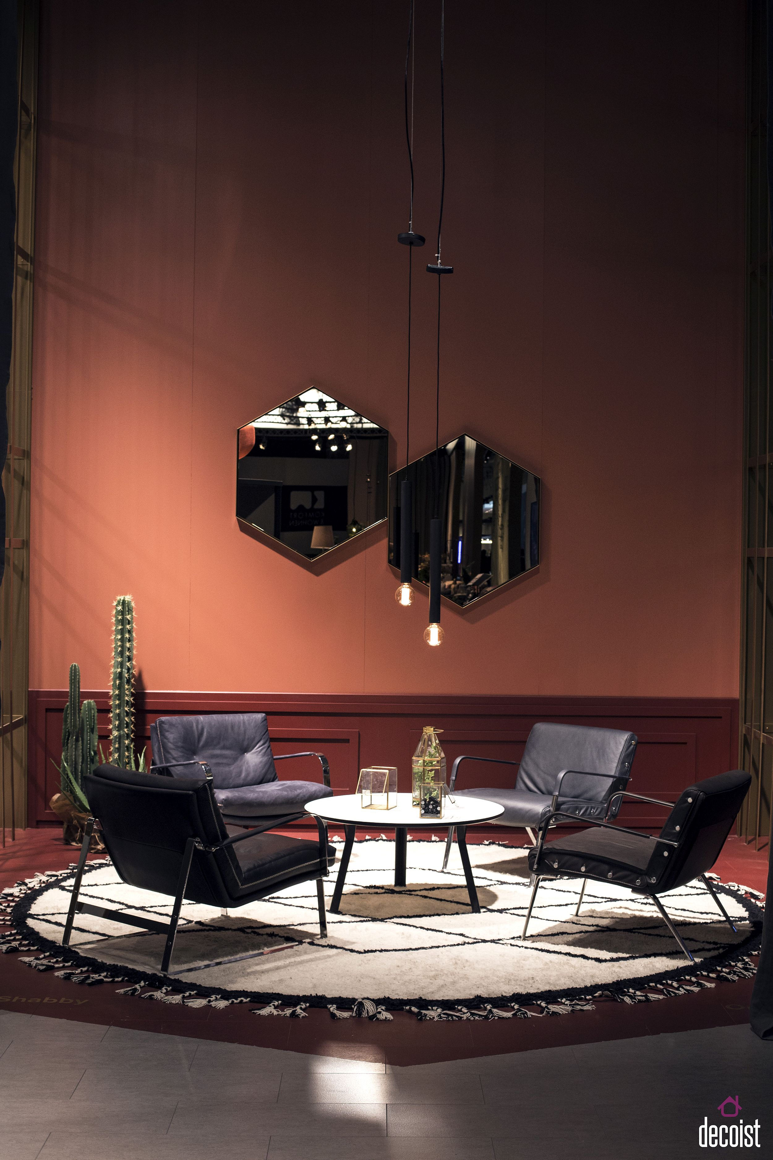 Minimal and super-slim pendants in black for the posh living room