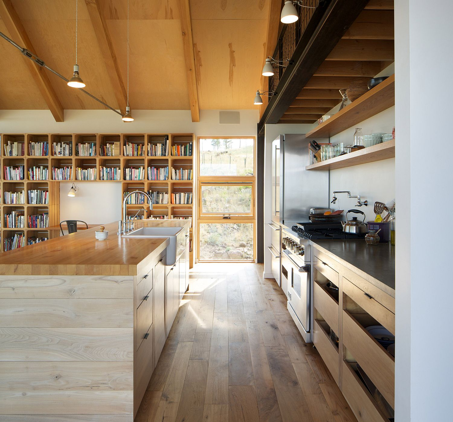 Modern kitchen with open shelves and a bookshelf in the backdrop