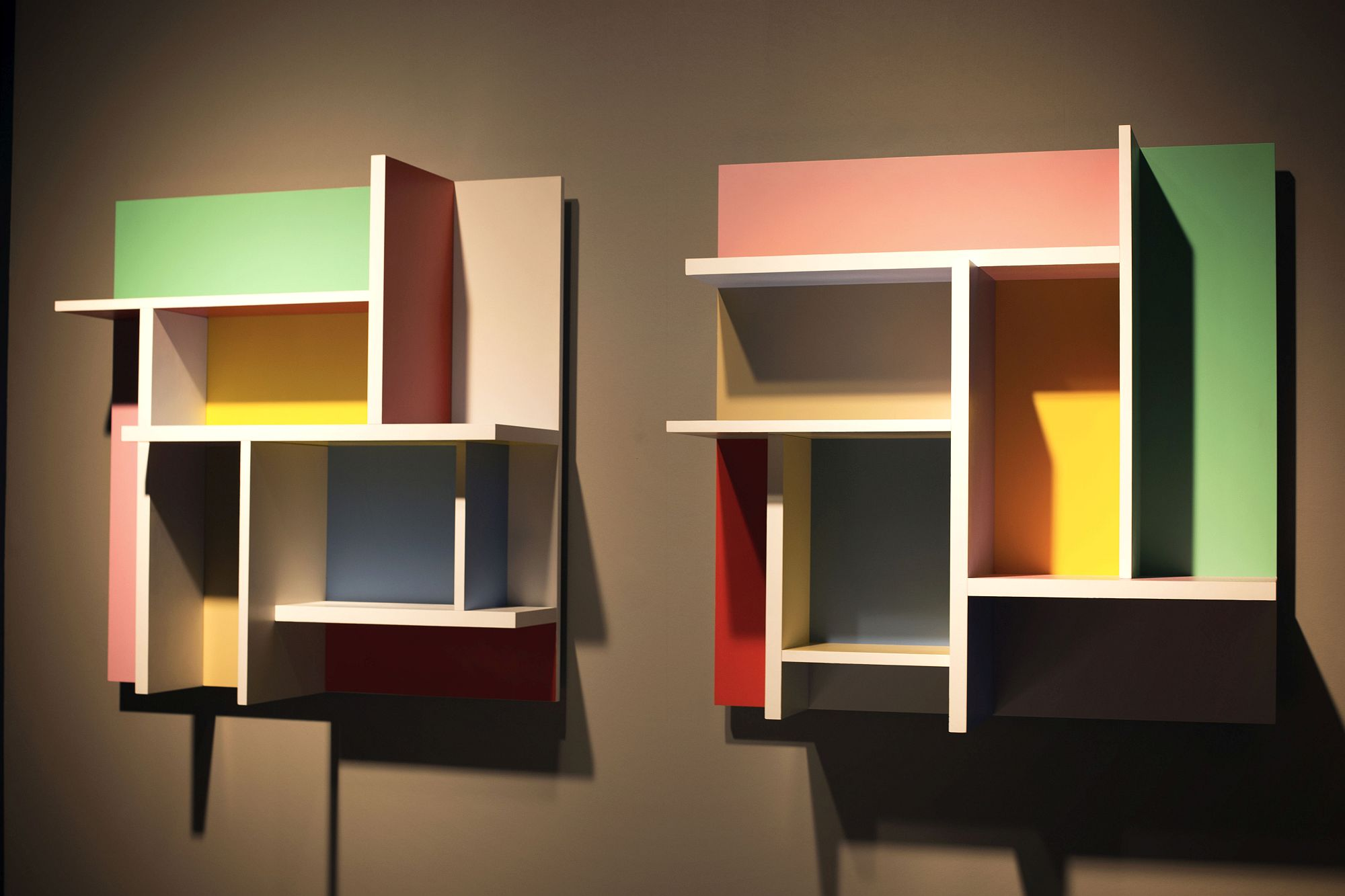 Multi-colored wall -mounted moudular display shelf