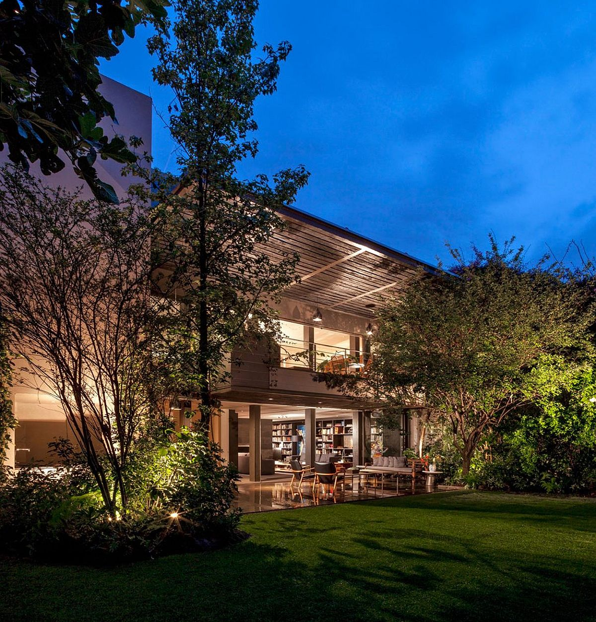 Outdoor-dining-and-hagout-at-the-lavish-home-in-Mexico