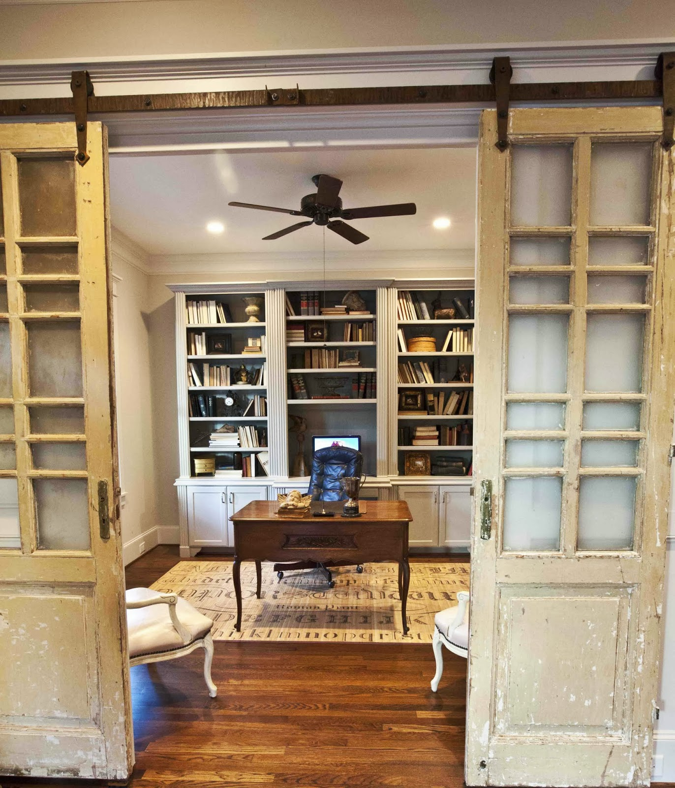 Cozy workspaces home offices with a rustic touch for Barn doors for home office