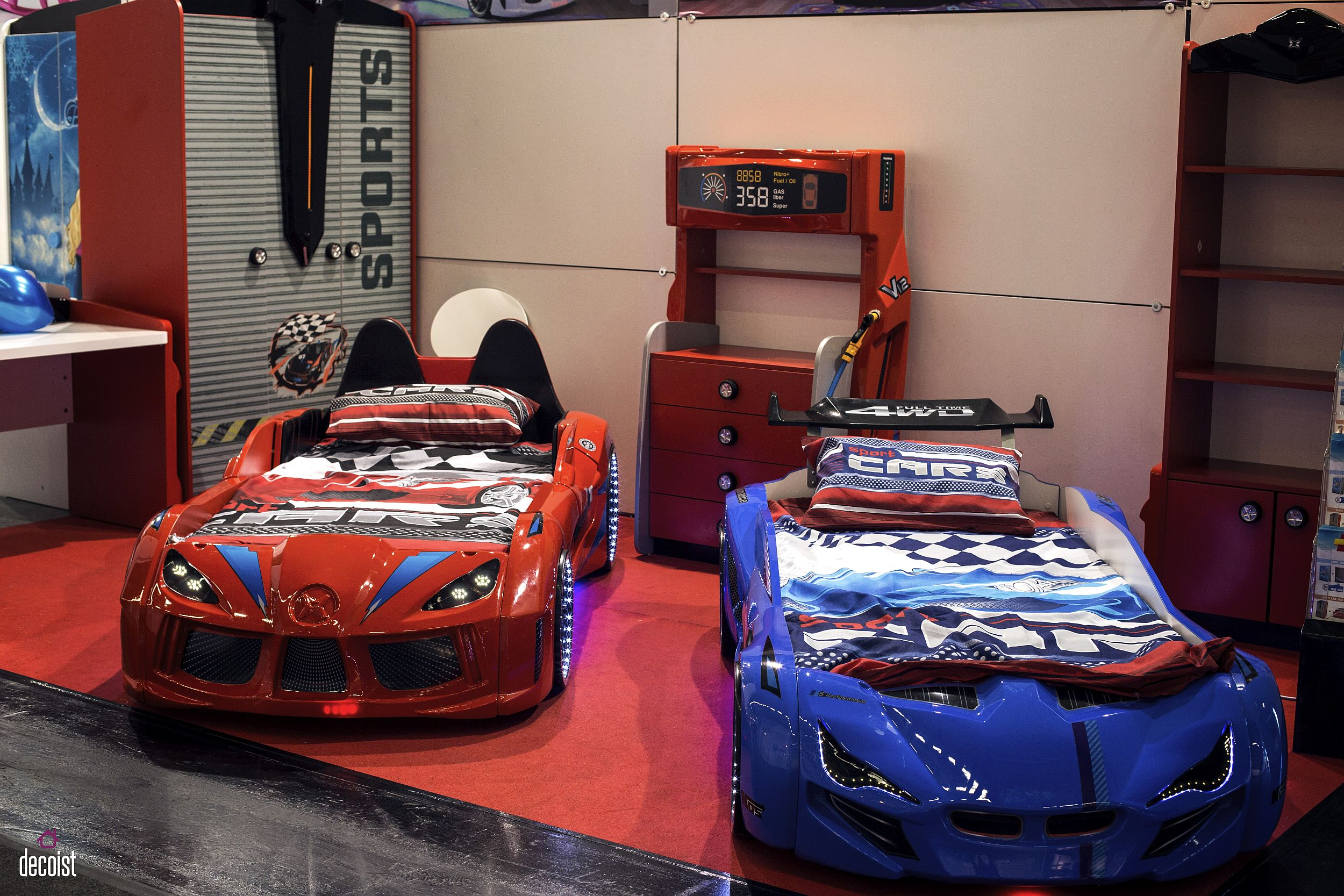 Race car kids' beds in red and blue with matching decor