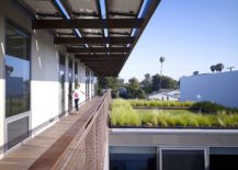 Series-of-courtyards-walkways-and-green-roof-add-breezy-cheer-to-the-Californian-home-217x155