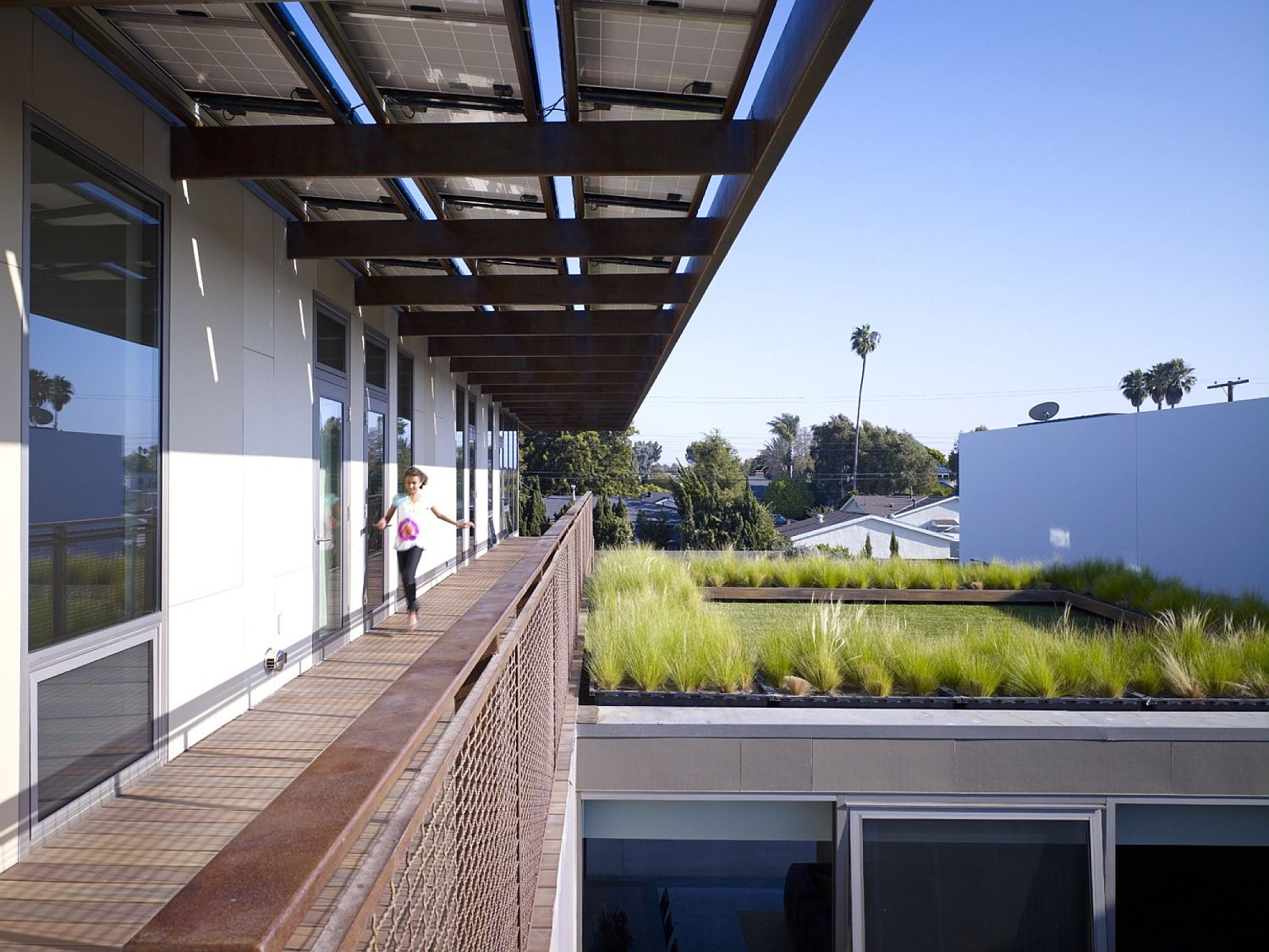 Series-of-courtyards-walkways-and-green-roof-add-breezy-cheer-to-the-Californian-home