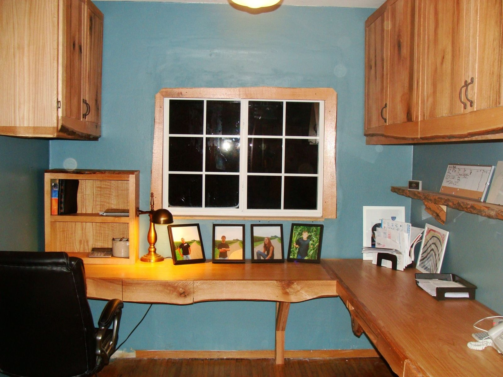 Small-rustic-office-with-a-corner-raw-edge-table-