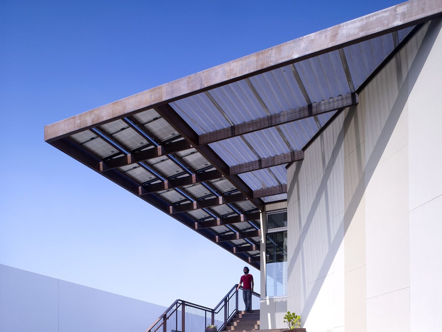 Solar-panels-offer-natural-shade-even-while-turning-the-home-into-an-energy-neutral-setting