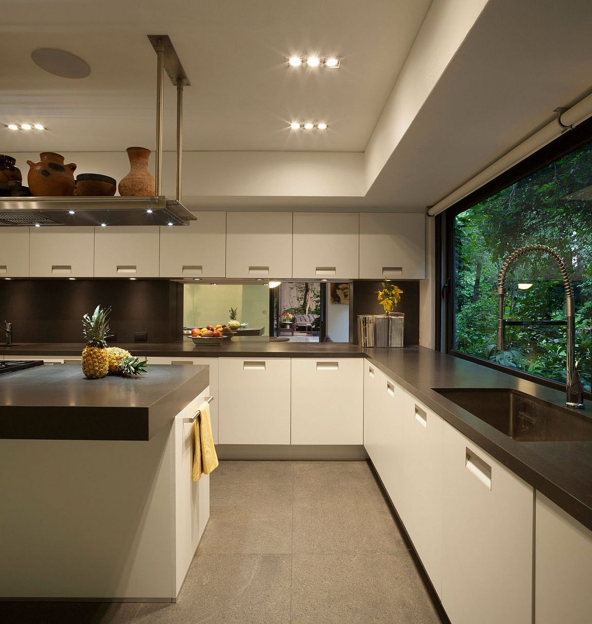 Spacious-contemporary-kitchen-makes-smart-use-of-corner-space