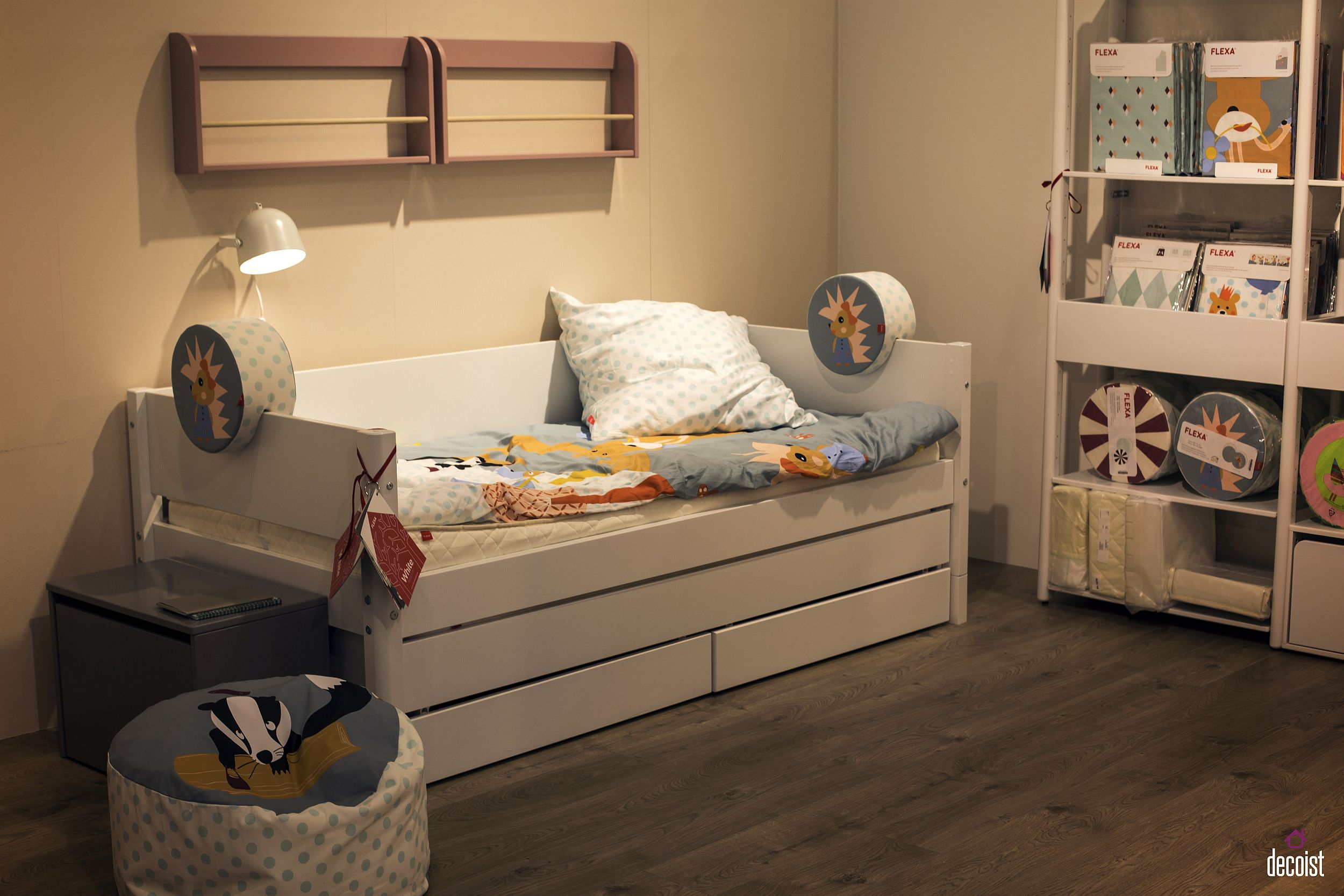 Trundle bed with storage, wall-mounted shelves and open storage space for toys – FLEXA Popsicle