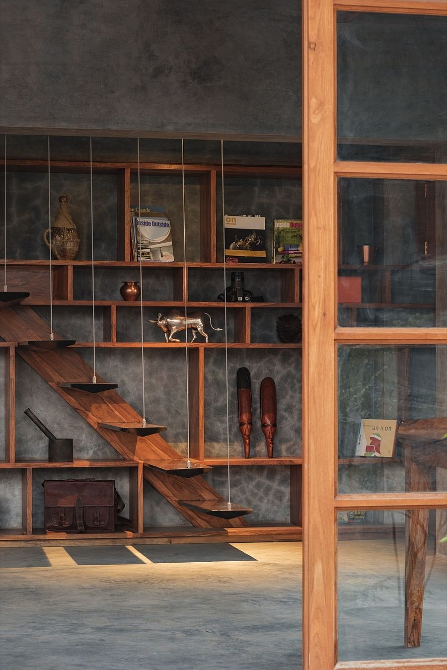 Wood-and-plastered-cement-shape-amazing-duplex-apartment-in-India