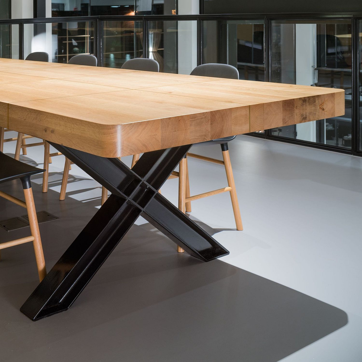 Wooden-dining-tables-with-metallic-base