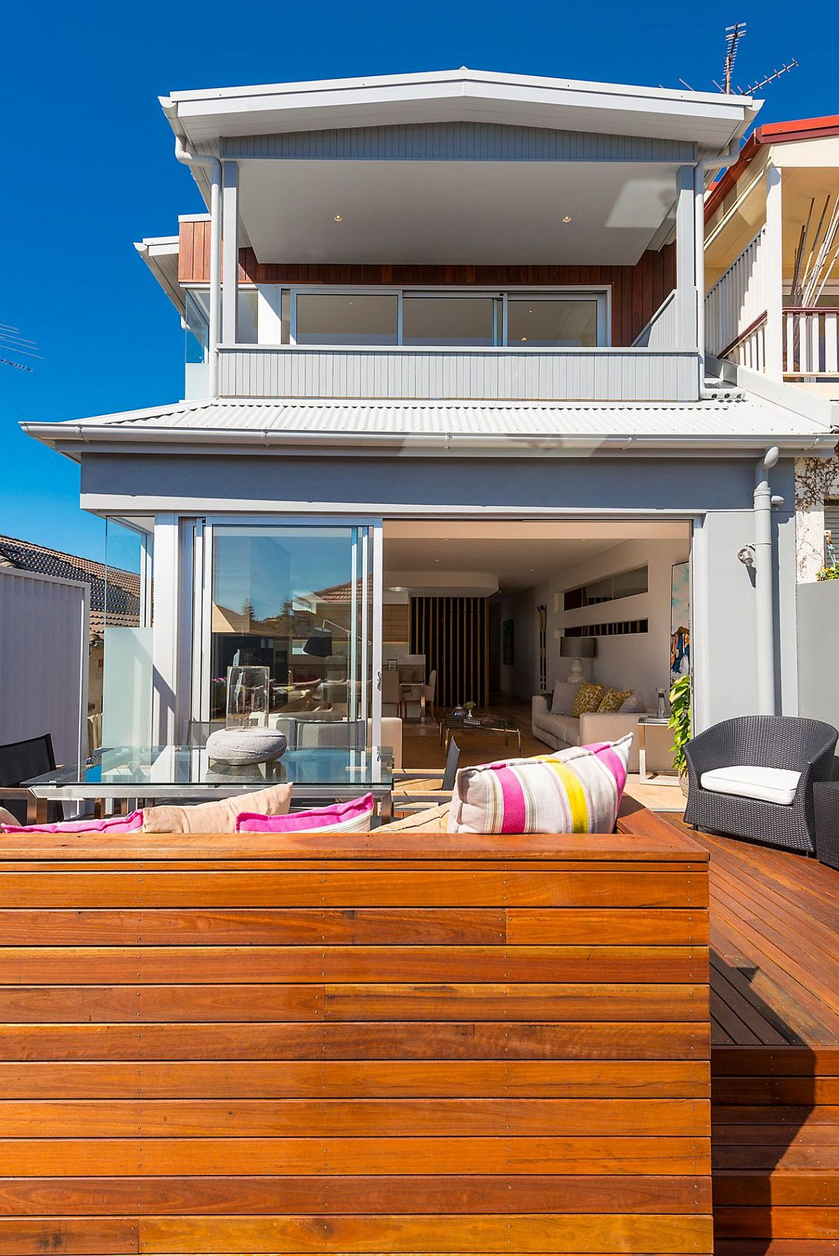 1960s Single level home with a contemporary renovation and addition Single Level 60's Sydney Home Gets a Beachy Modern Upgrade