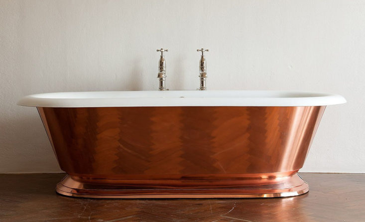 A simple copper bathtub is a great element for a minimalist bathroom