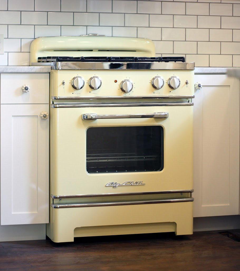 Une simple cuisinière rétro jaune pastel