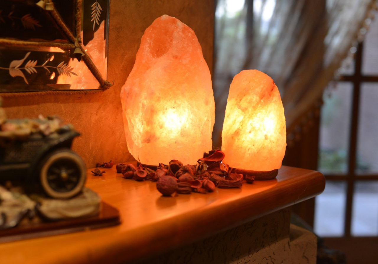 Add-a-salt-lamp-to-the-corner-of-the-shelves-or-mantelpiece
