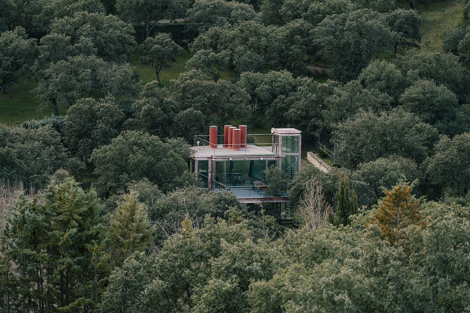 Amazing-seculded-pavilion-wrapped-in-forest-greenery-offers-serenity-and-solitude