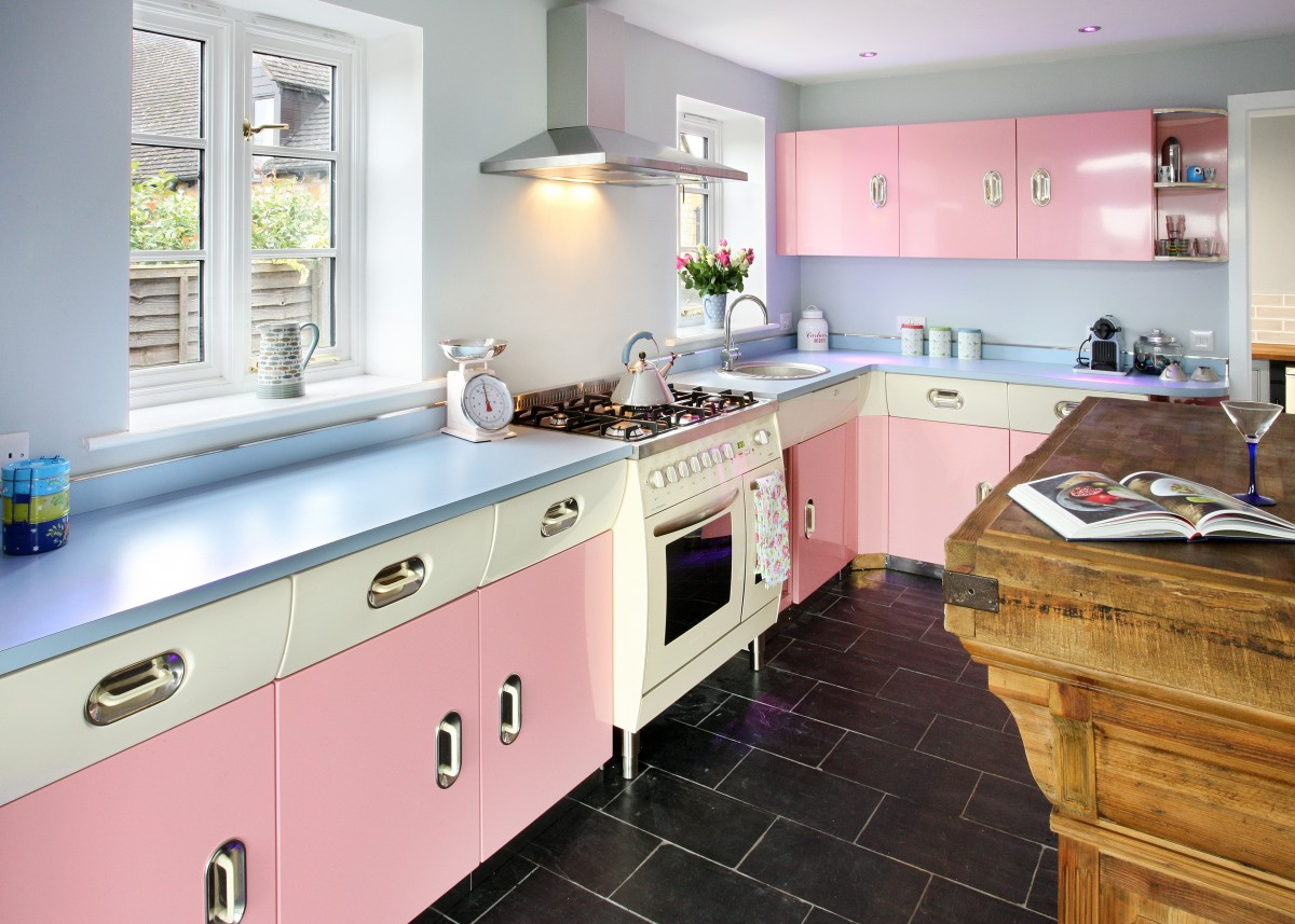 25 pastel kitchens that channel the 1950s for Coloured kitchen units uk