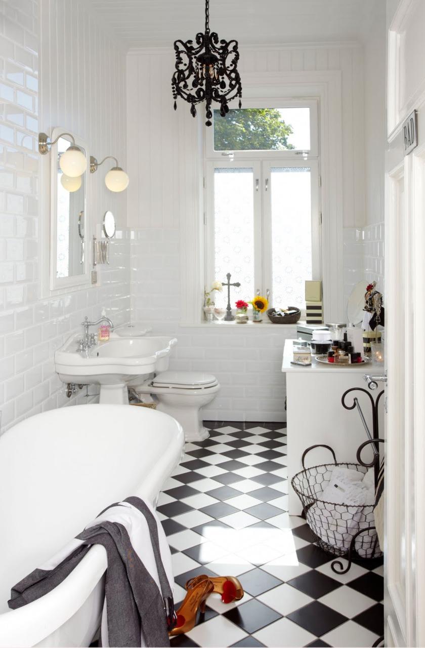 Checkered-bathroom-that-feels-like-a-dynamic-cozy-space