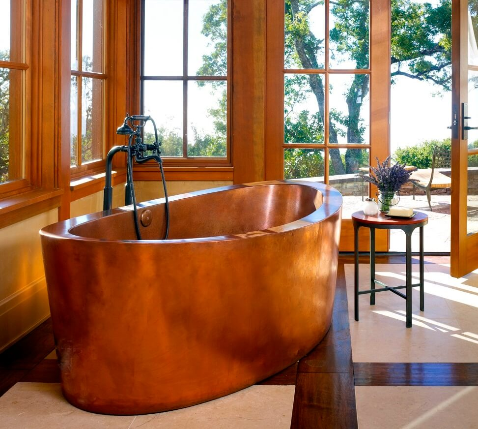 Copper bathtub in a big bathroom with a lot of daylight