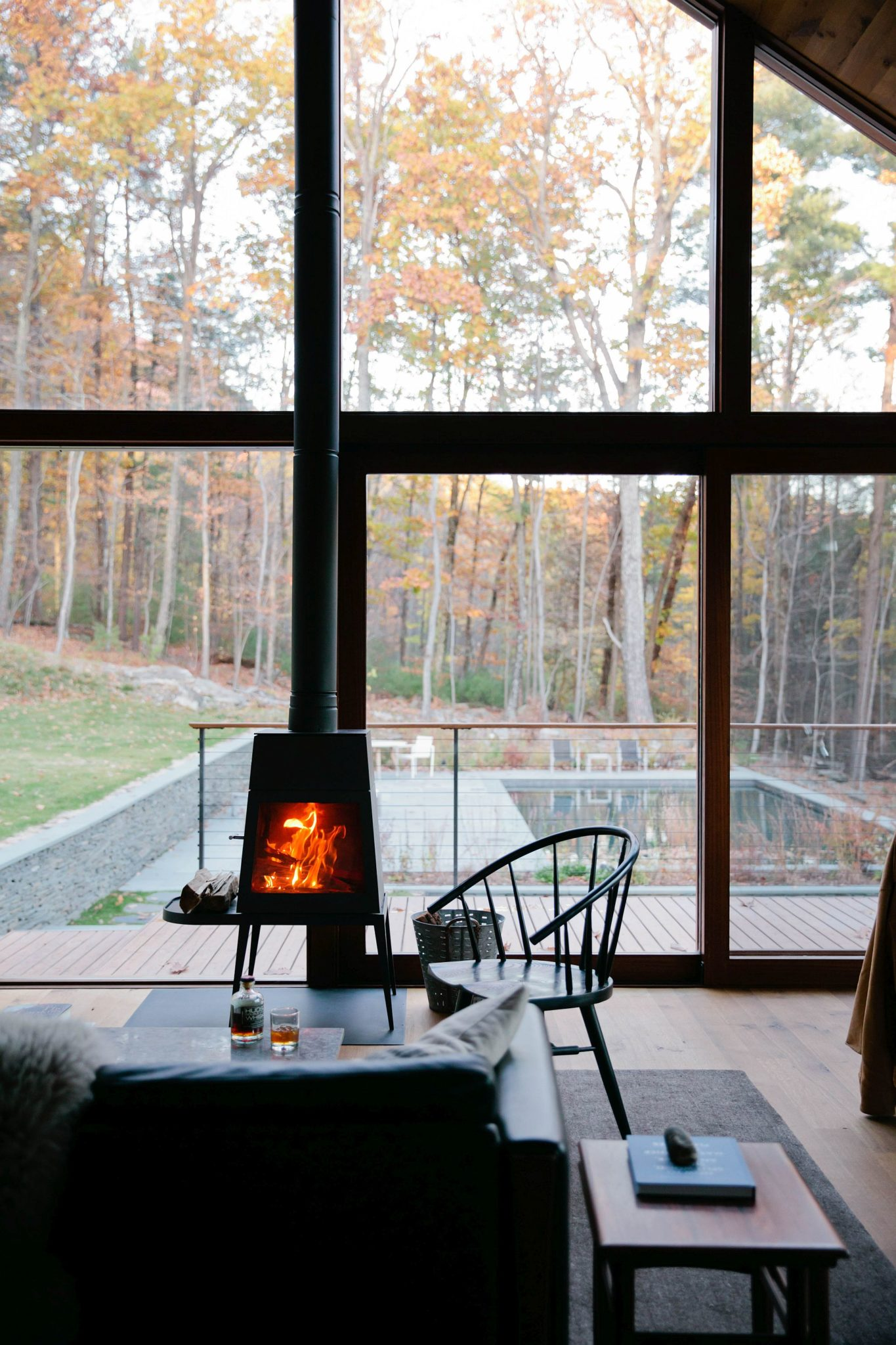 Efficient-fireplace-in-the-living-room-adds-to-its-Scandinavian-style