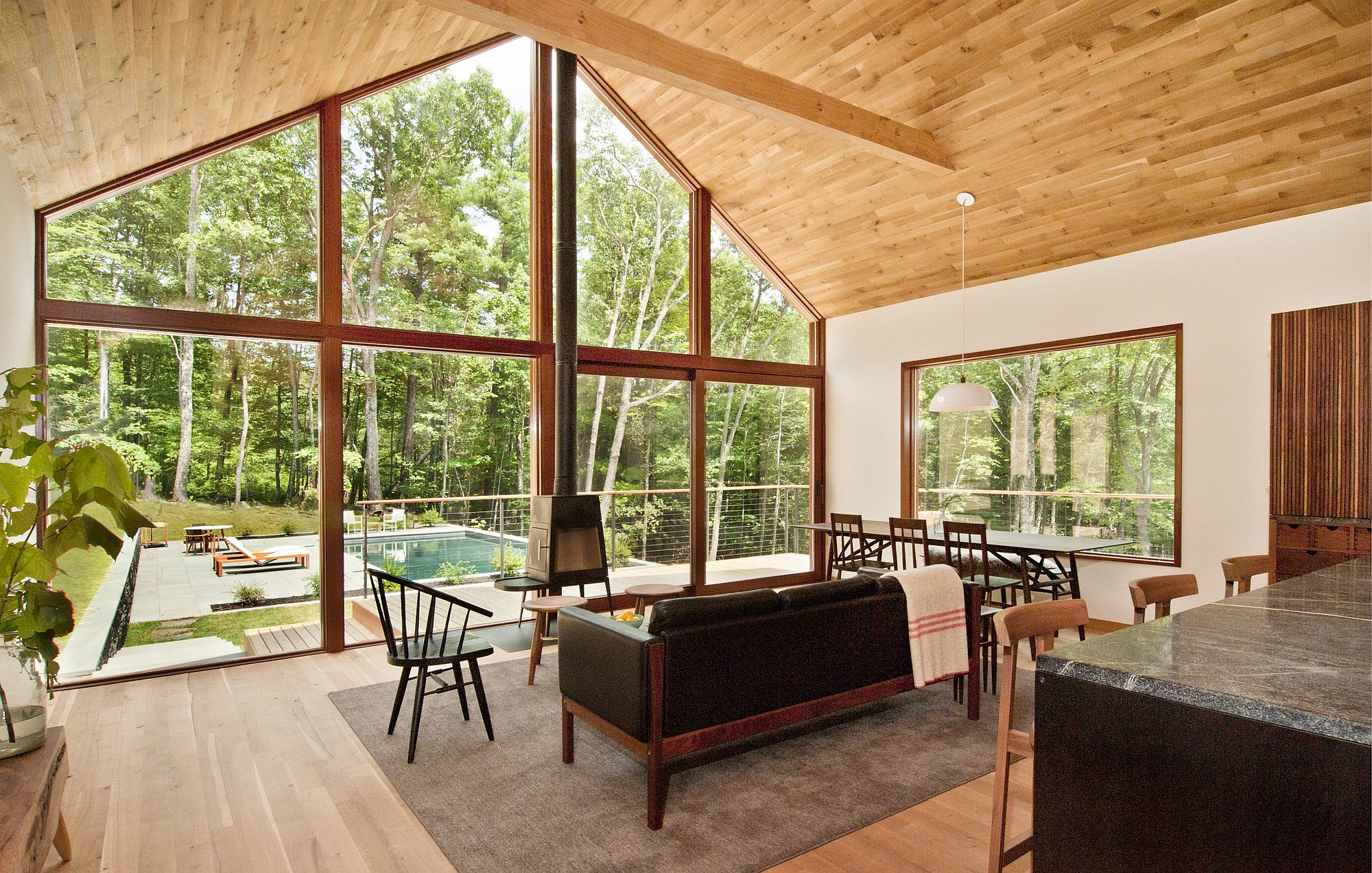 Gabled-roof-and-wall-of-glass-gives-the-home-a-modern-midcentury-vibe