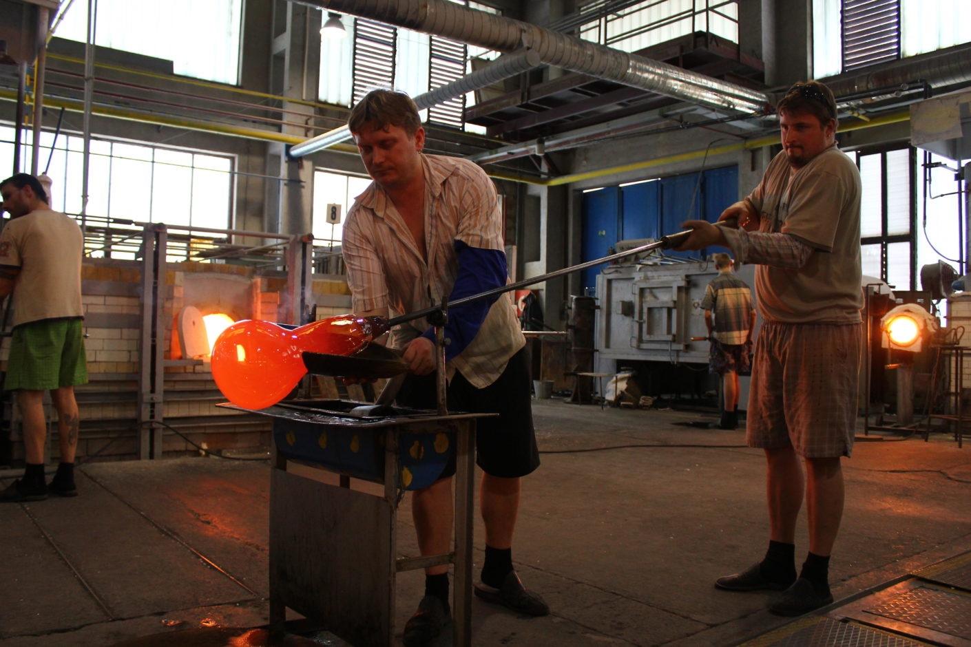 Glassblowing-at-Janštejn-Glassworks-II