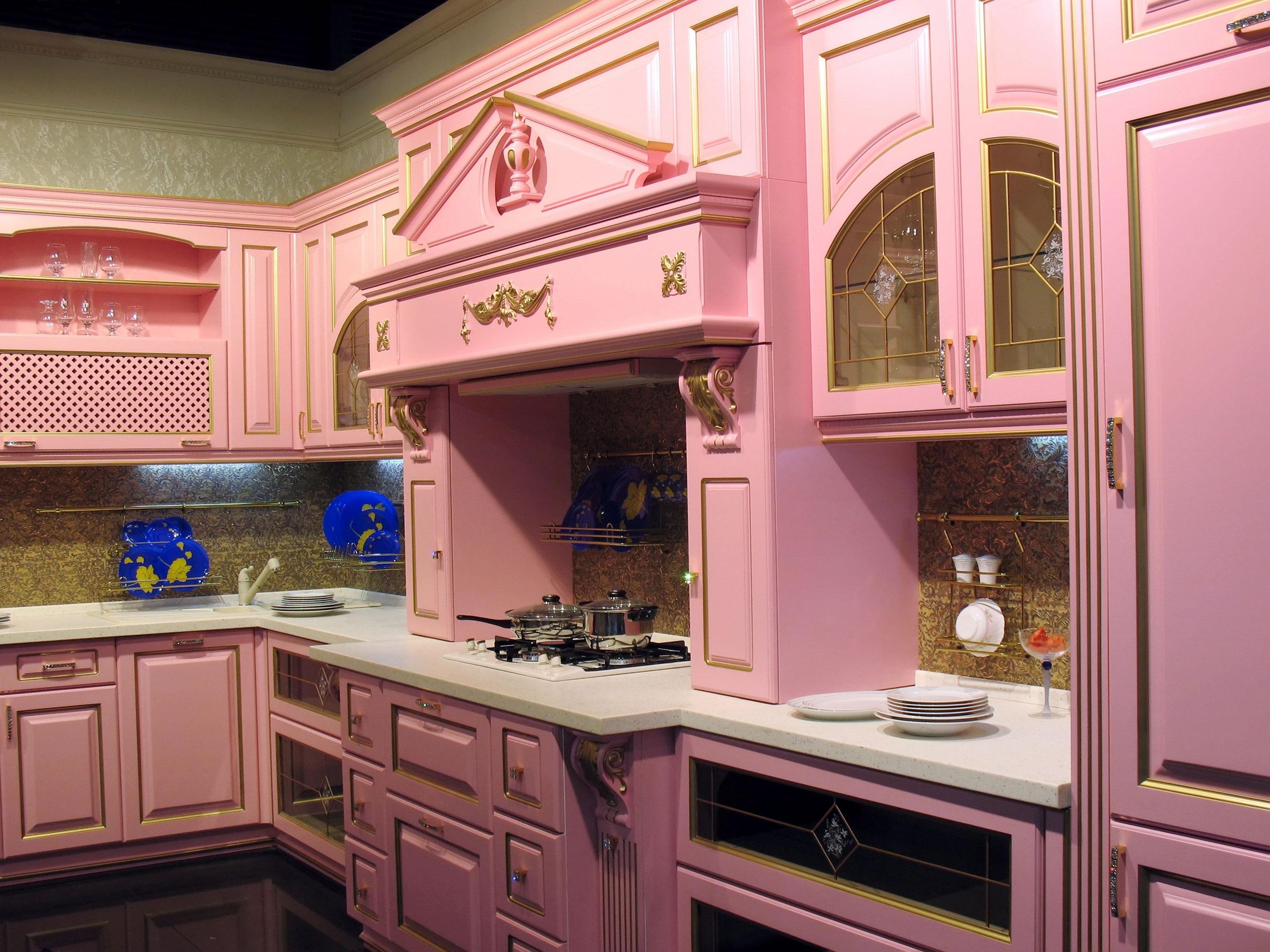 Grandiosité de la cuisine rose avec un sentiment désuet