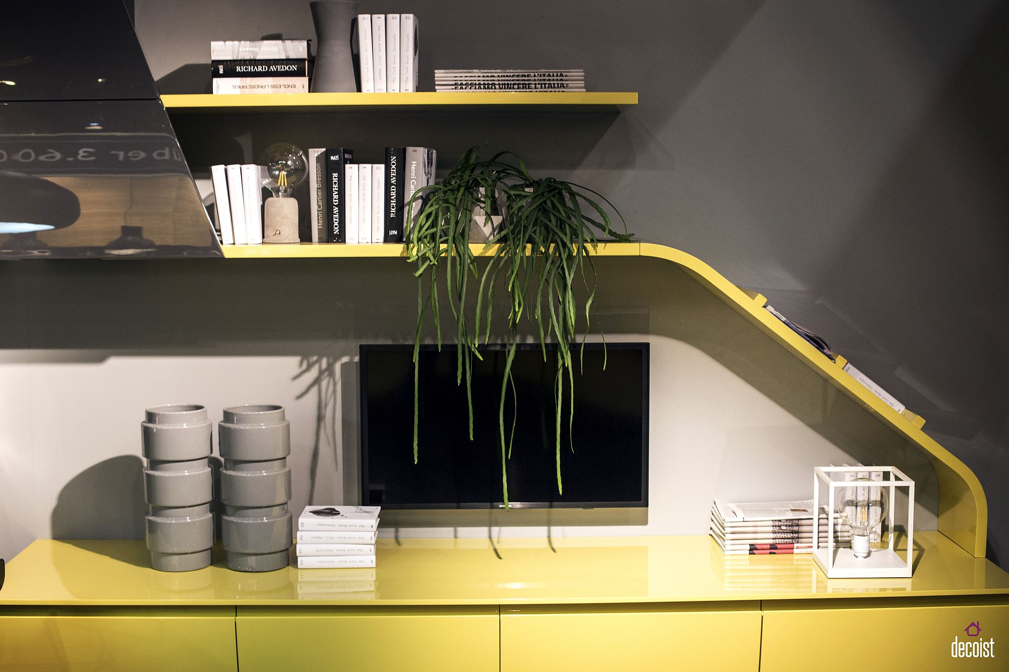 Innovative worktops andsmart shelving for the polished single-wall kitchen