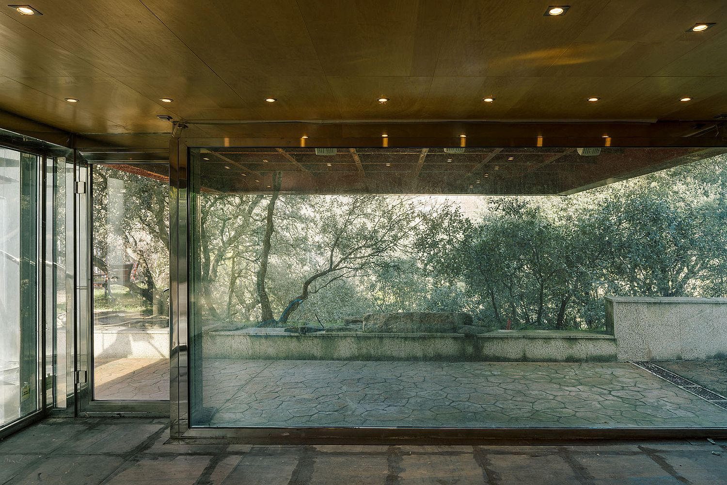 Large-glass-windows-and-walls-bring-the-outdoors-inside-with-ease