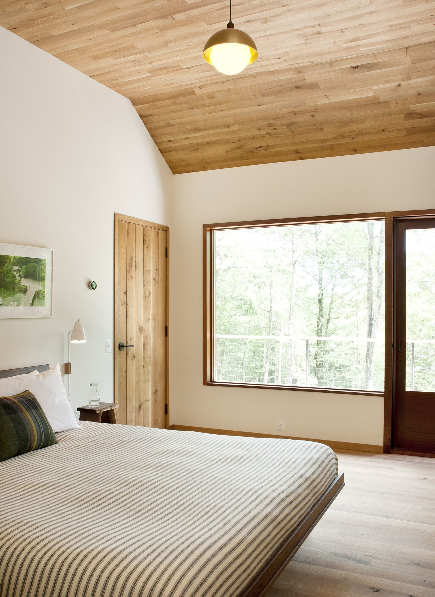 Large-window-brings-natural-light-into-the-cabin-bedroom