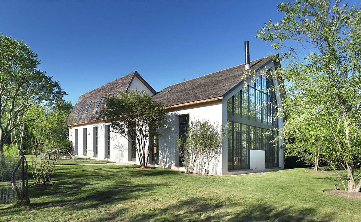 Loft and barn styles combined into one at the Hamptons house