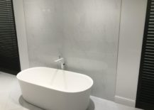 Marble-looking-wall-tiles-with-white-shaped-round-bath-tub-by-Porcelanosa-217x155