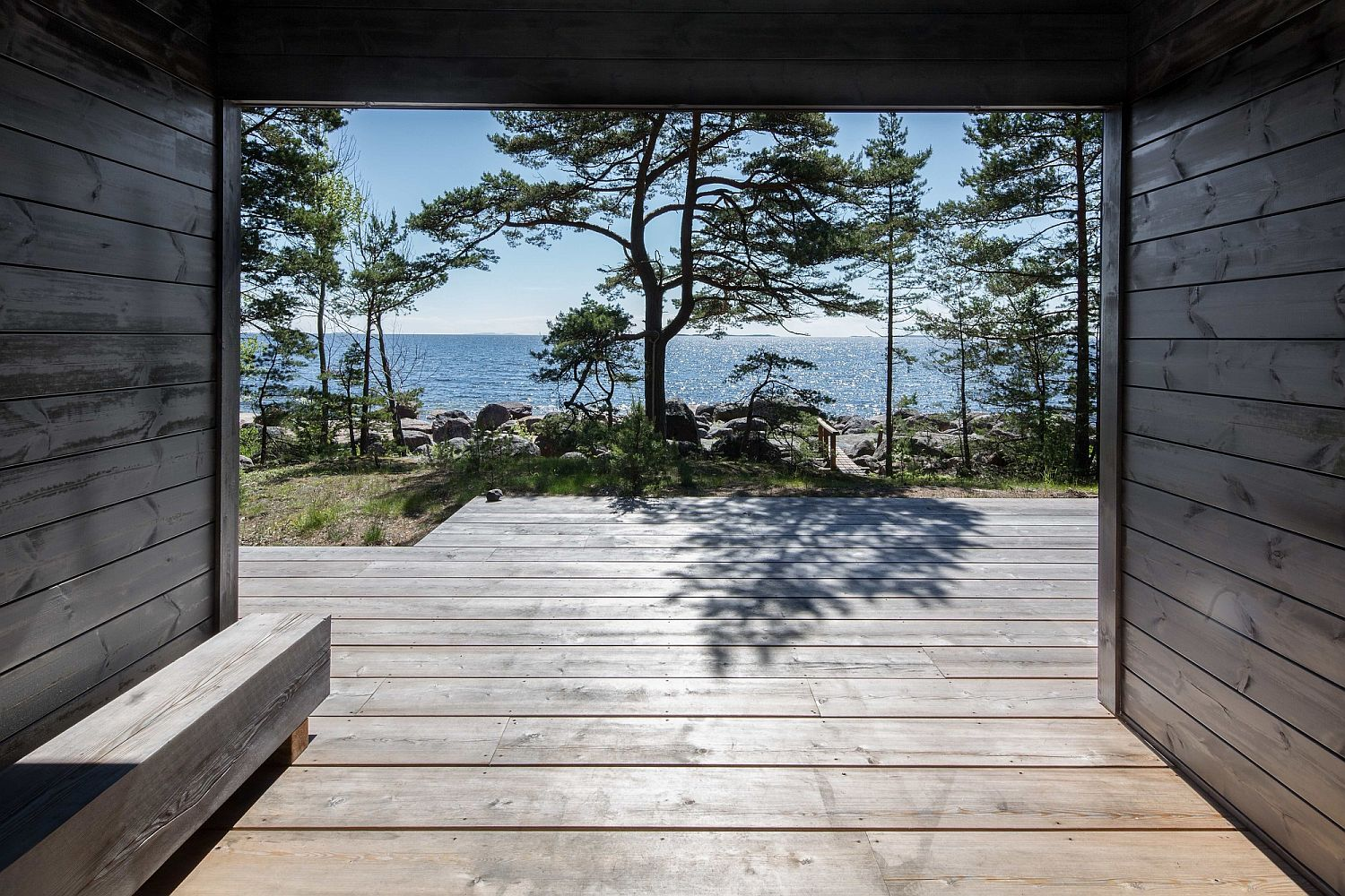 Modern-Pluspuu-logs-without-traditional-log-corners-give-the-exterior-a-refined-look