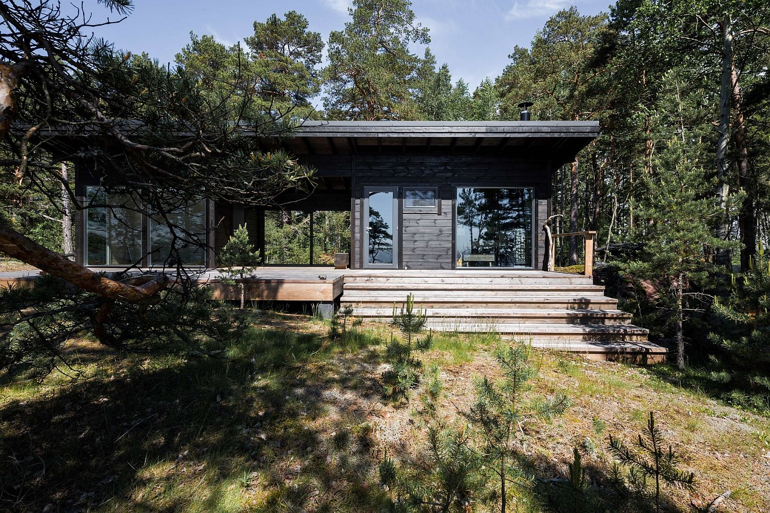 Modern scandinavian log cabin set on a beautiful baltic for Contemporary log home designs