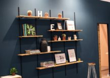 Modular-living-room-shelving-with-floating-wooden-planks-and-a-metallic-frame-217x155
