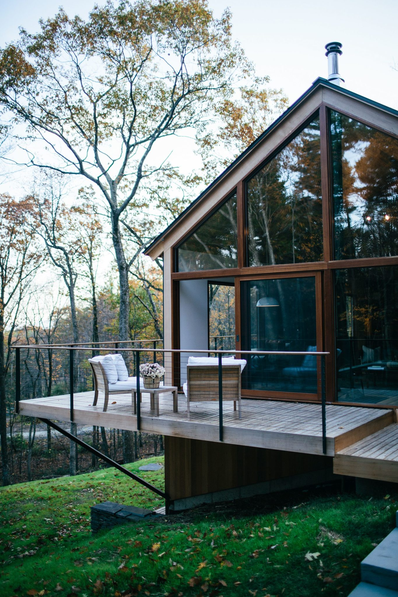 Natural-greenery-surrounds-the-sustainable-cabin
