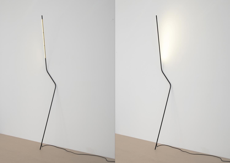 Design: Bernhard Osann, Produkt: Neo; Die Leuchte Neo lehnt sich an der Wand an und nutzt sie gleichzeitig als Diffusor