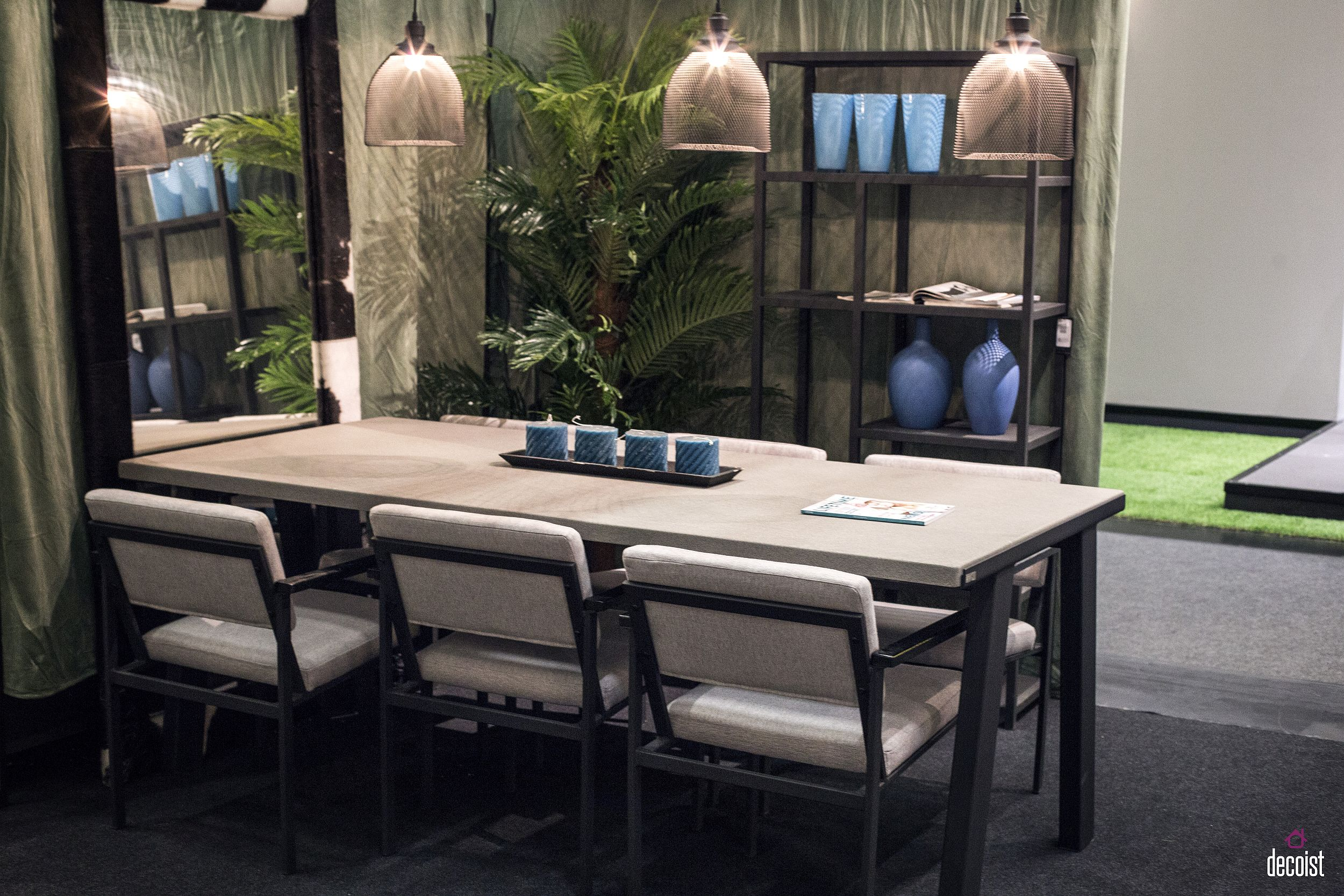 Open-shelves-and-mirrror-bring-breeziness-to-the-dining-space
