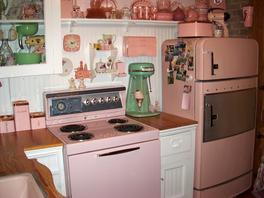 25 pastel kitchens that channel the 1950s for Small retro kitchen