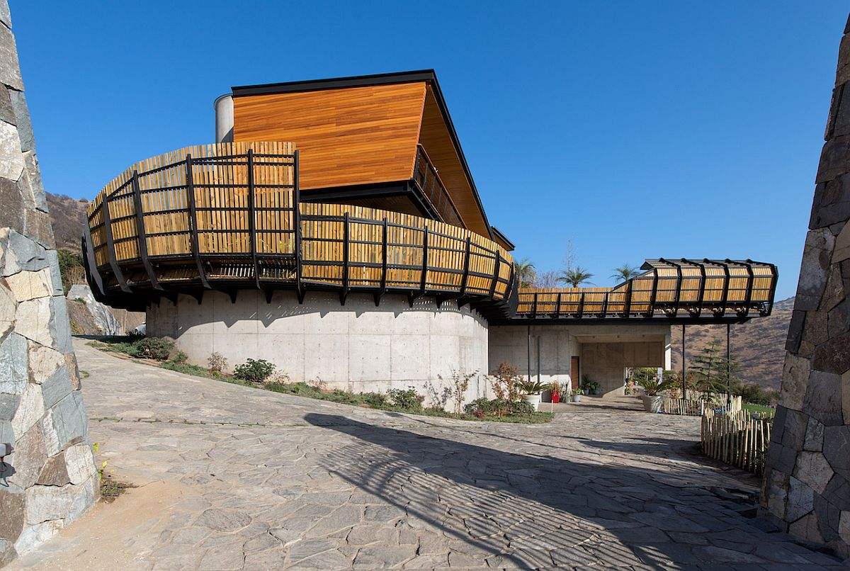 Private timber and metal screen wrapped around Casa Chamisero