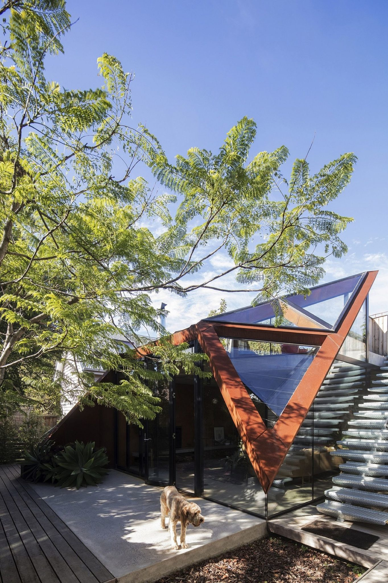 Sculptural-roof-design-of-the-lounge-connecting-two-different-buildings