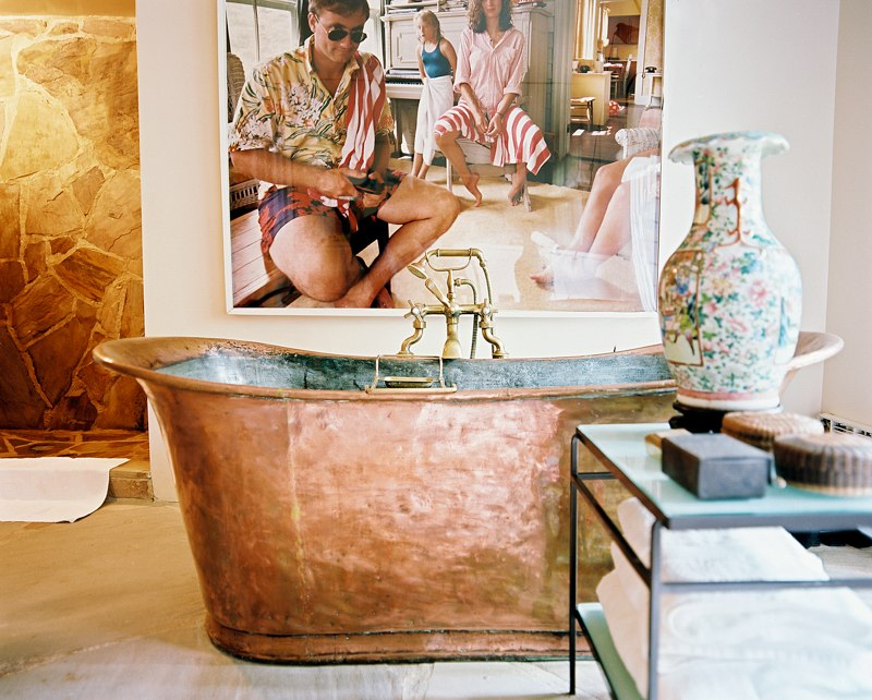 Shabby copper bathtub is a magnificent piece for artsy bathroom