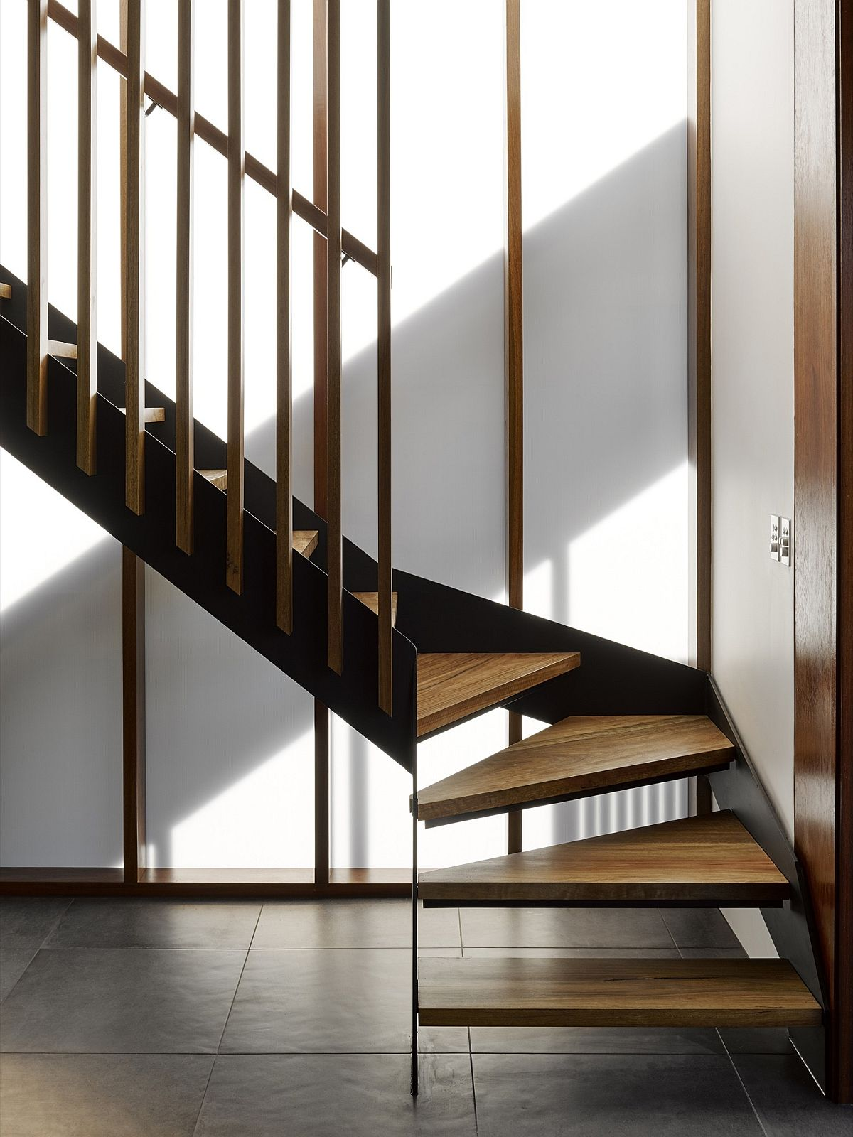 Simple and elegant staircase for the contemporary home