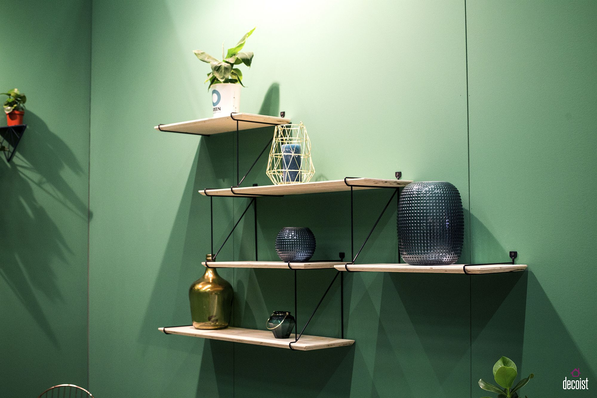 Smart shelving with wooden boards and a wiry frame is easy to create in the contemporary living space