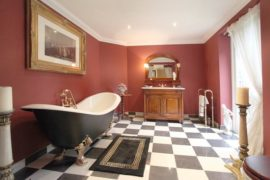 30 Vintage and Grandiose Checkered Bathrooms