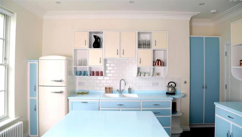 Cuisine spacieuse tire facilement le look rétro avec une abondance de bleu