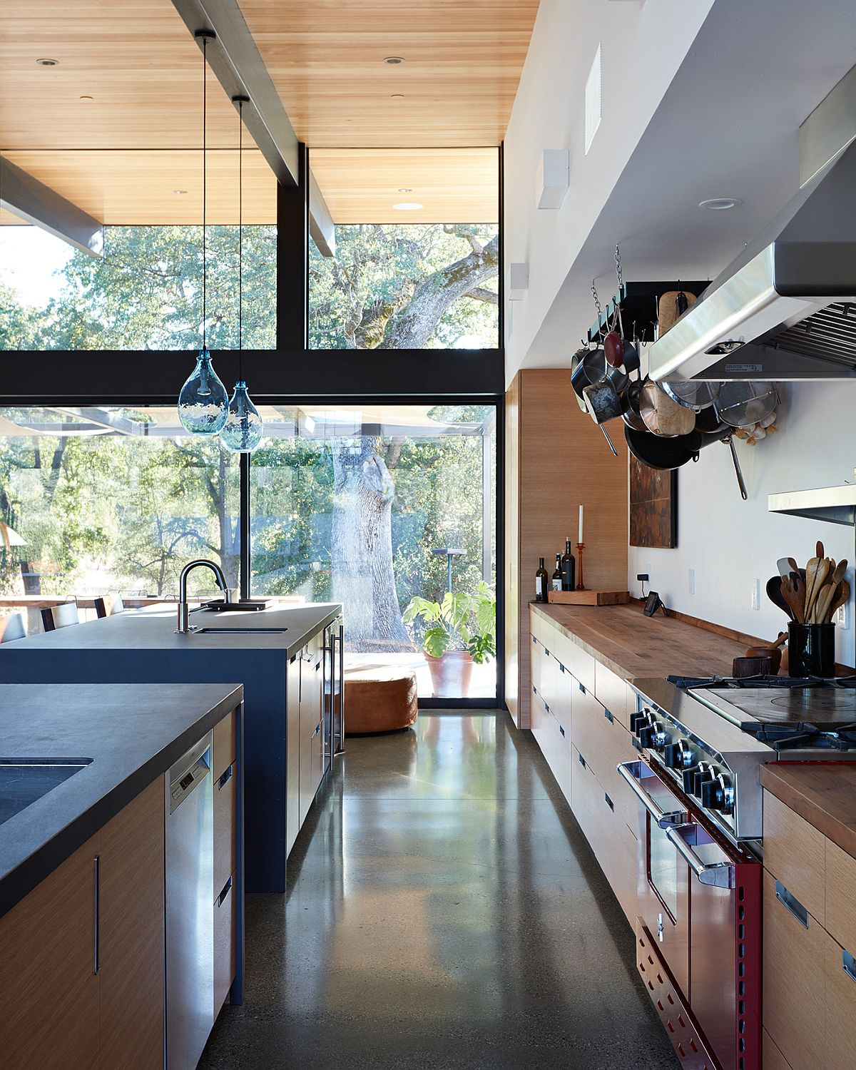 Spacious-kitchen-with-twin-islands