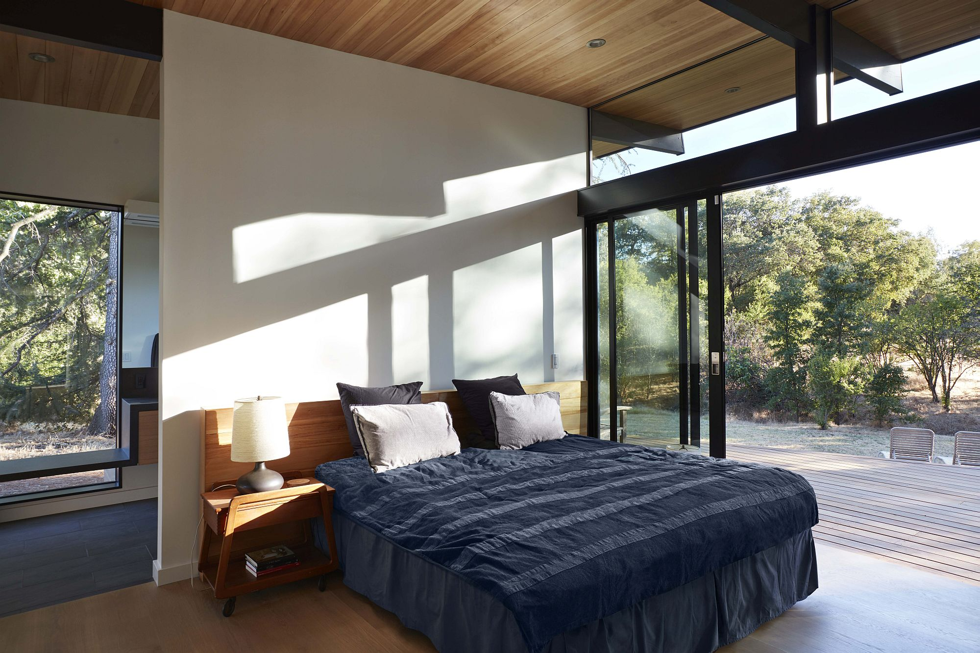 Stackable-glass-doors-open-up-the-bedroom-completely-to-the-scenery-outside